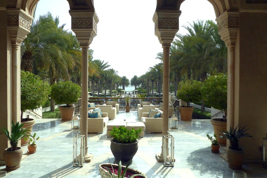 pool-area-dubai-the-palm