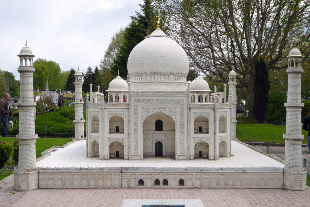 das mächtige Taj Mahal
