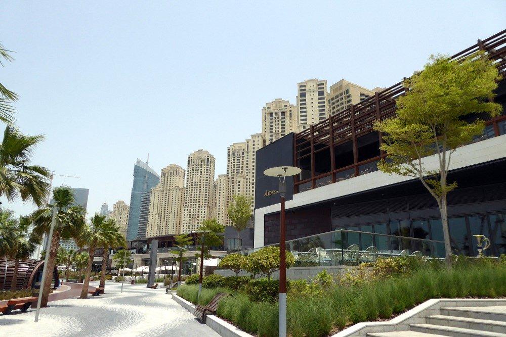 Strandpromenade mit Lokalen Dubai