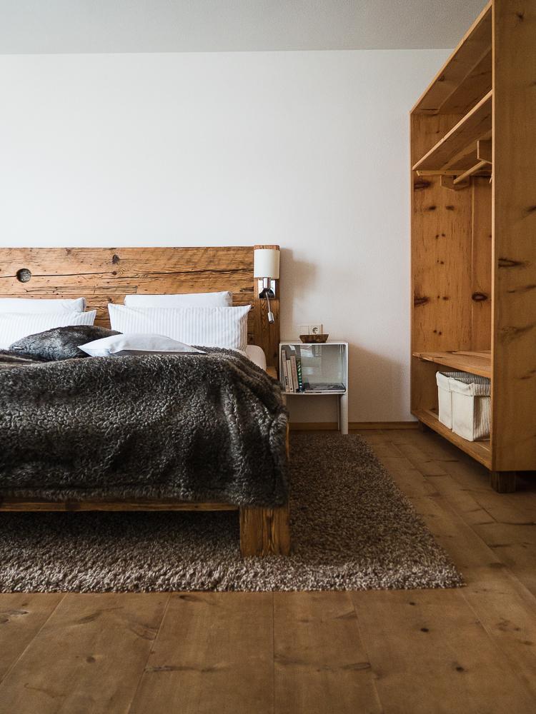 Schlafzimmer mit Vollholzausstattung in Salzburg