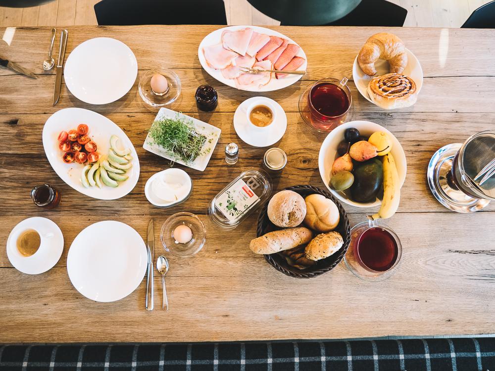 köstliches Frühstück mit regionalen Zutaten in der Luxuslodge