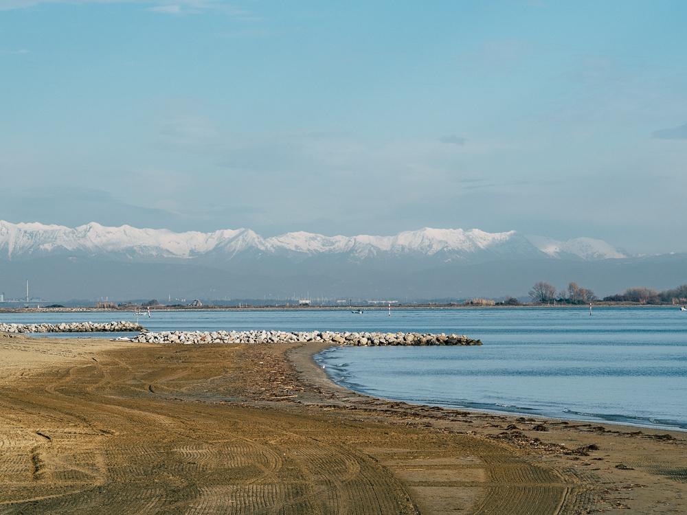 Klare Sicht am Meer im Winter