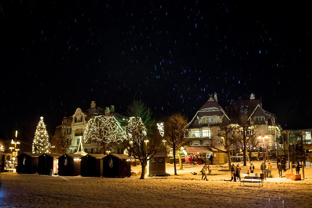 Weihnachtliches Velden. Romantische Beleuchtung und Hüttenzauber
