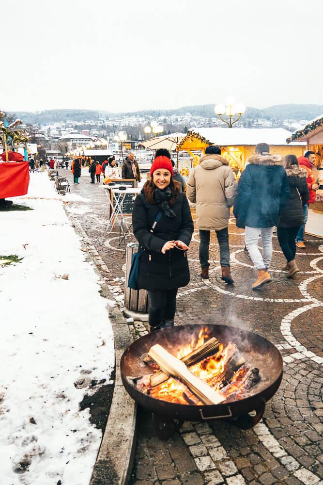 Eine weiße Schneedecke und offene Feuerstellen. Der Advent am Wörthersee ist sehr stimmungsvoll