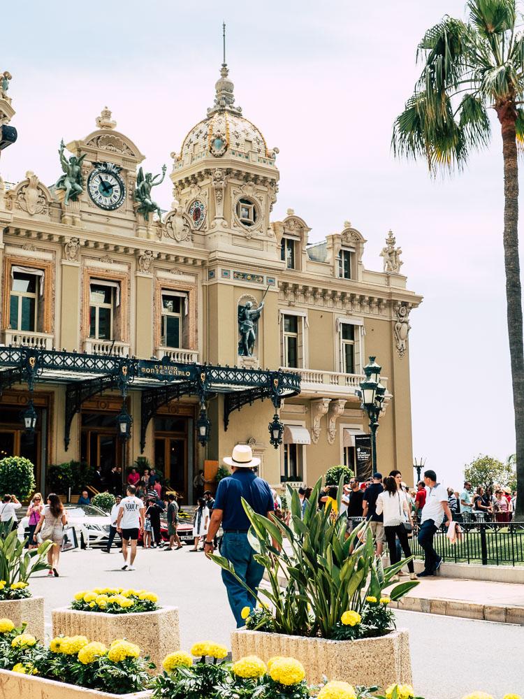 Casino Monte Carlo mit Luxusschlitten