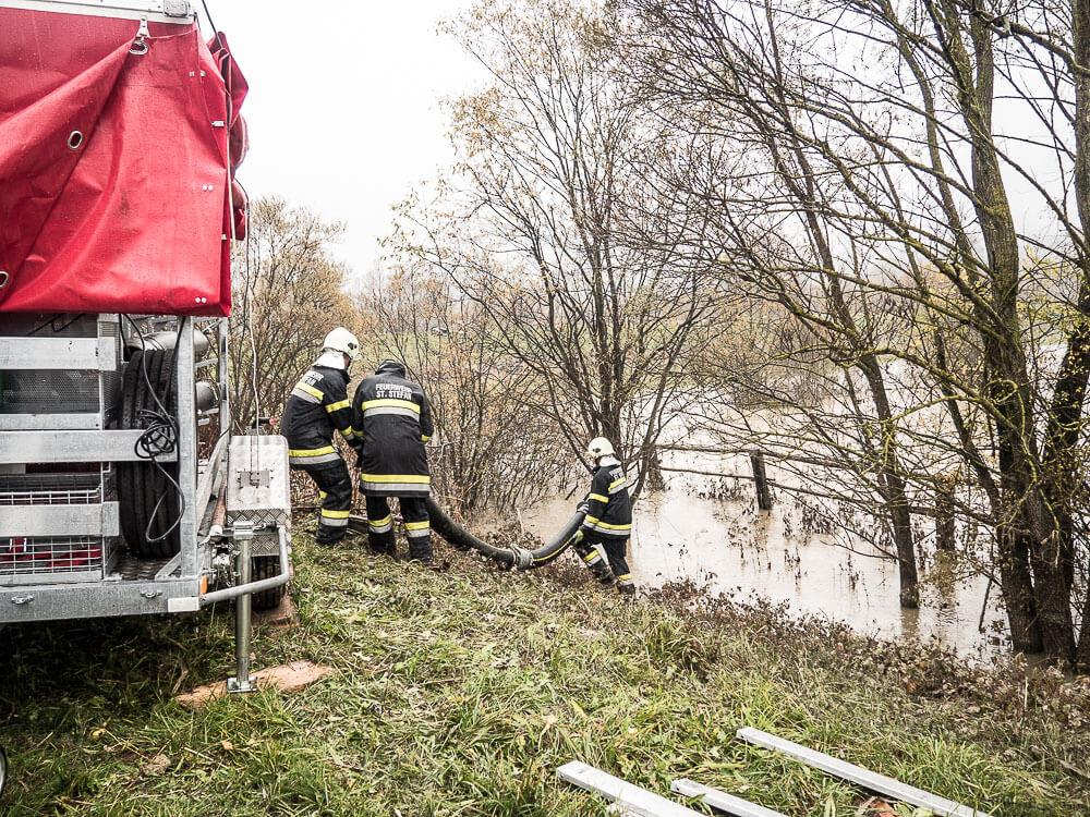 Feuerwehren-arbeit-hochwasser