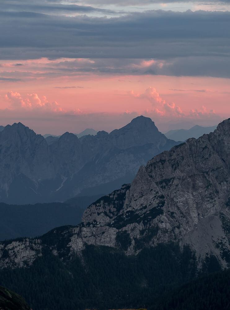 rot-sonnenuntergang-berge